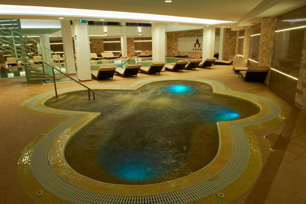 Бассейн с термальной водой